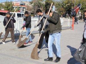 Mahkumlar şehir merkezinde temizlik yaptı