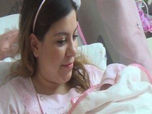 İlk tüp bebek anne oldu