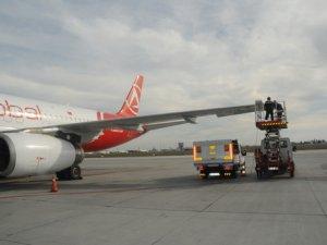 Atatürk Havalimanı'nda uçak direğe çarptı