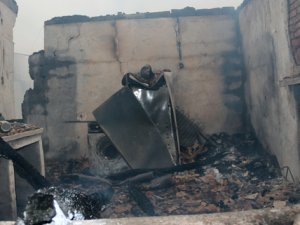Manisa'da 3 ev kül oldu