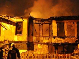 Tinerciler tarihi evleri kül etti