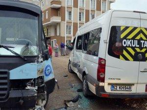 Fatsa'da öğrenci servisi ile dolmuş çarpıştı: 1 yaralı