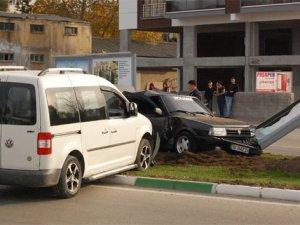 Refüje çıkan araca başka bir otomobil çarptı