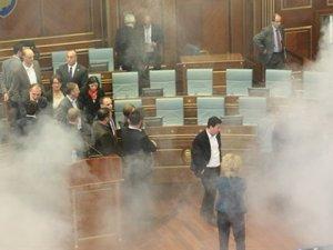 Kosova'da Meclis salonuna yine gaz atıldı