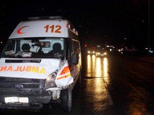 Ambulansa servis minibüsü çarptı