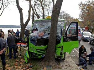 Minibüs ağaca çarptı, yolcular etrafa savruldu