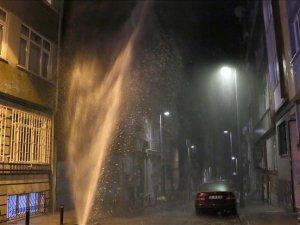 Şişli'de patlayan şebeke suyu 7 katlı binanın boyuna ulaştı