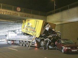 Köprüye takılan tırın üzerindeki araçlar yola düştü
