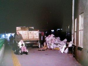 Acil önüne moloz yığılınca, hastalar ambulanslara sedyelerle taşındı