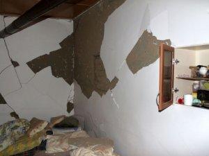 Depremle sarsılan Hekimhan'da 300'e yakın evde hasar