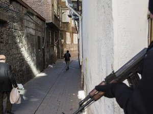 Operasyonların sürdüğü Sur'da vatandaşlara ekmek dağıtıldı