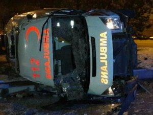 Buzdan kayan ambulans devrildi: 2 yaralı