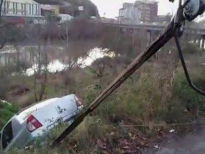 Dereye uçan otomobil çekici ile kurtarıldı