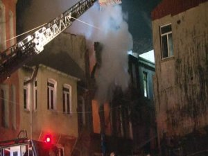 Çıkan yangında ahşap bina kül oldu