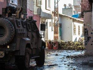 Sur'da teröristlerin açtığı ateşte bir polis memuru şehit düştü