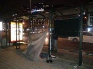 Naylonla çevirdiği otobüs durağını kendine ev yaptı
