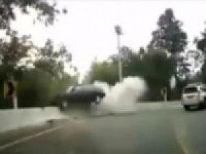 Otomobil viyadükten aşağı uçtu