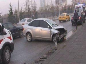 Araç Meclis'in avlu duvarına çarptı: 2 yaralı