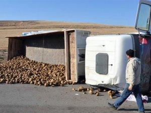 TIR devrildi, şeker pancarları yola saçıldı