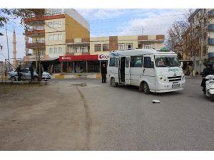 Motosikletle Yolcu Minibüsü Çarpıştı: 2 Yaralı