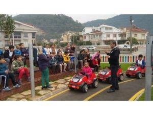 Minikler trafik kurallarını öğreniyor