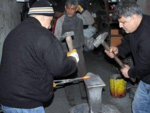 Siirt'te ayakta kalan son iki demirci ustası teknolojiye direniyor