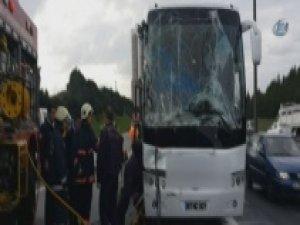 Yolcu otobüsü kaza yaptı, TEM kilitlendi