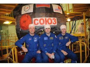 Rus, Amerikan ve İngiliz astronotları taşıyan SOYUZ-19 M fırlatıldı