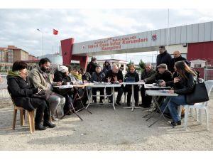 Cumhuriyet bugünkü yazı işleri toplantısını Silivri Cezaevi önünde yaptı