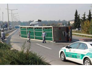 Oksijen tüpü yüklü TIR devrildi, otoyol trafiğe kapandı