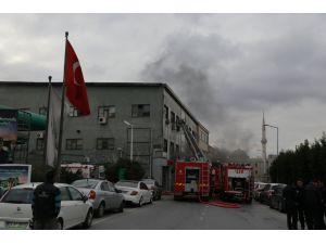 Kozmetik fabrikasında çıkan yangın devam ediyor