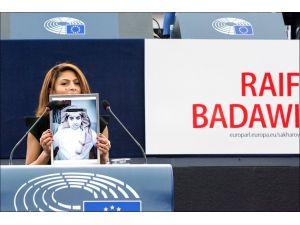 Sakharov düşünce özgürlüğü ödülü hapisteki Suudi yazarın eşine takdim edildi