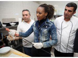 Yabancı öğrencilerin ilk uygulamalı dersi Adana kebabı oldu