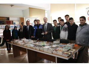 Emniyet'ten öğrencilere 'Bozok'tan Yeşeren Umutlar' projesi ile kitap dağıtımı
