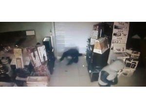 Bir Dakikada 40 Bin TL'lik Telefon Çalan Hırsızlar Kameraya Yakalandı