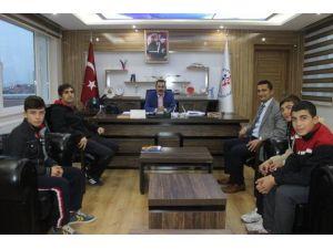 Başarılı Güreşçilerden, İl Müdürü Kısacık'a Ziyaret