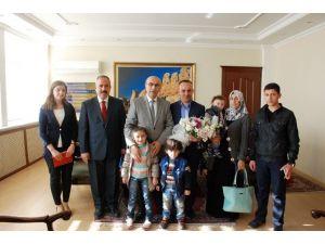 Vali Demirtaş, Göçmen Aileyi Makamına Kabul Etti