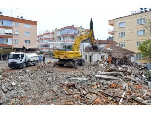 Muratpaşa'da metruk binalar yıkılıyor
