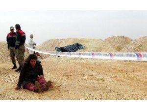 Kadın Polis, Kumun İçinde Ağabeyinin Cesedini Buldu