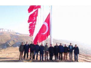 Yozgat Belediyesi şehitler anısına 14 bayrağı göndere çekti