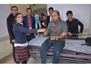 Öğrenciler, Hastalara Karanfil Dağıttı