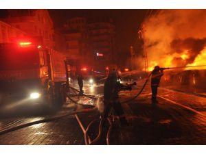 İtfaiye, Osmanlı Pazarı'ndaki yangını söndürmek için yoğun çaba gösteriyor