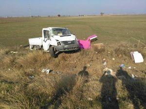 Lastiği patlayan kamyonet şarampole savruldu