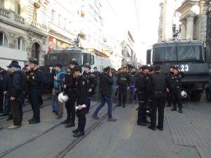 İstiklal Caddesi'nde yürüyüş yapmak isteyen gruba polis müdahalesi