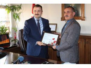 """Sağlık Müdürü Dr. Öztürk'e """"Yaşam Sertifikası"""" Ödülü"""