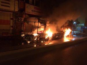 Okmeydanı'nda 2 Halk Otobüsü Ve 1 İş Yeri Ateşe Verildi