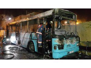Park halindeki özel halk otobüsü kundaklandı