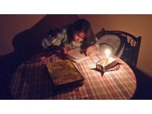 Öğrenciler Mum Işığında Ders Çalışıyor