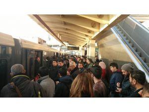 İzmir Metrosu arızalandı, vatandaşlar işlerine gecikmeli gitti