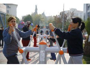 Konak'ta Parklar Spor Salonu Gibi